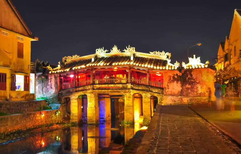 The-great-looking-Japanese-bridge-with-some-stunning-lighting-Hoian